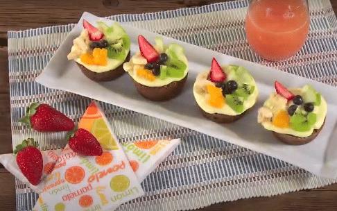 Brownie con yogur y frutas