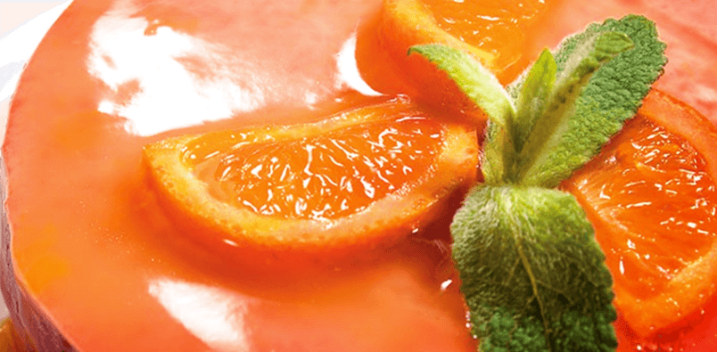 Postre helado con salsa de mandarinas
