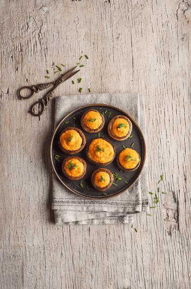 Champiñones rellenos con hummus de porotos blancos Iansa Agro y zanahoria