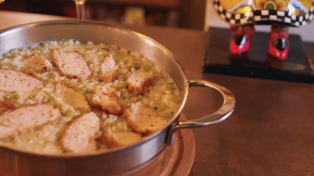 Risotto con arvejas verdes y pollo