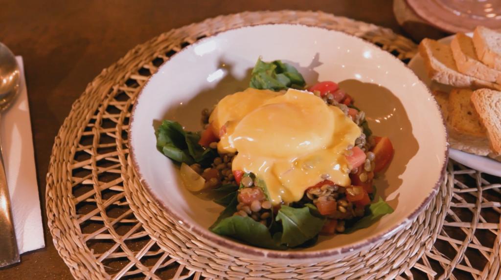 Ensalada de lentejas con huevo pochado y salsa holandesa