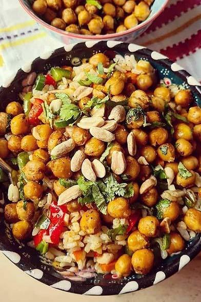 Garbanzos crocantes especiados con arroz y vegetales al wok