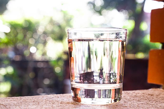 ¿Cuánta agua deberías tomar al día y por qué?